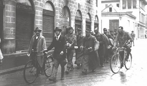 Una ronda di partigiani per la cattura di fascisti e tedeschi (Milano, 1945)