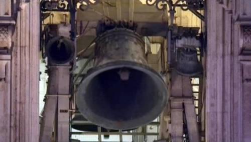 Le campane suonano di notte: fa causa alla chiesa