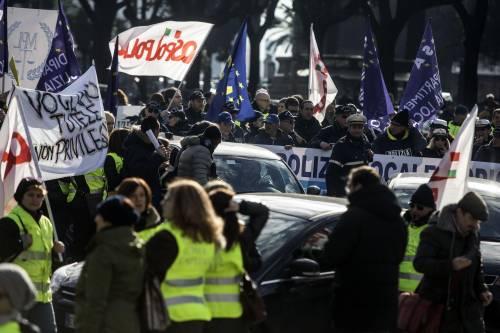 """Madia: """"Il governo sta lavorando sull'assenteismo"""". Intanto i vigili sono in piazza"""