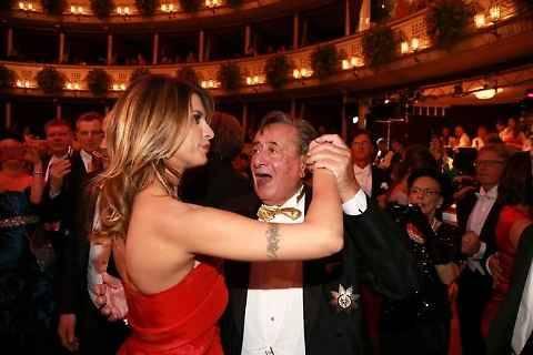 Ballo delle debuttanti: sexy incidente per Elisabetta Canalis 5