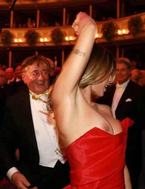Ballo delle debuttanti: sexy incidente per Elisabetta Canalis 8