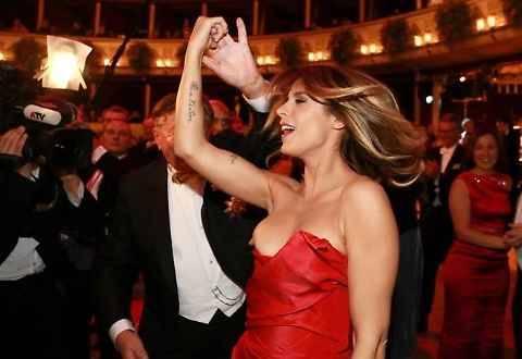 Ballo delle debuttanti: sexy incidente per Elisabetta Canalis 9