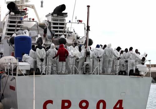 Marinai soccorrono 2.100 immigrati in mare: gli scafisti li minacciano coi mitra