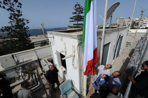 Ammainato il Tricolore all'ambasciata italiana di Tripoli