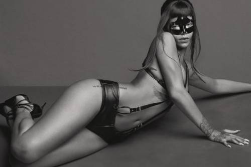 Rihanna modella bondage 3