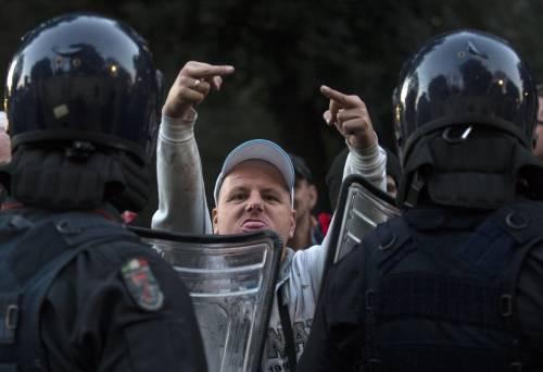 """Roma devastata dai""""barbari"""": arrestati 8 ultras olandesi. L'Olanda non vuol pagare i danni"""