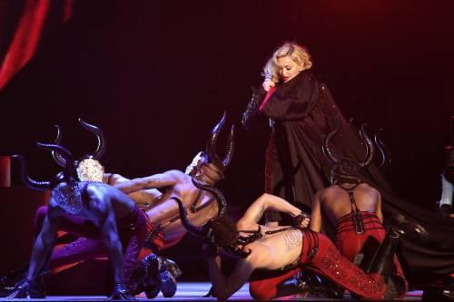Paura ai Brit Awards: Madonna cade dal palco