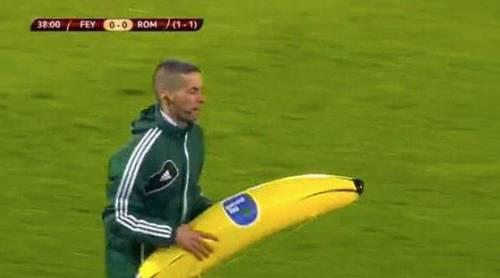 Feyenoord-Roma, banana contro Gervinho