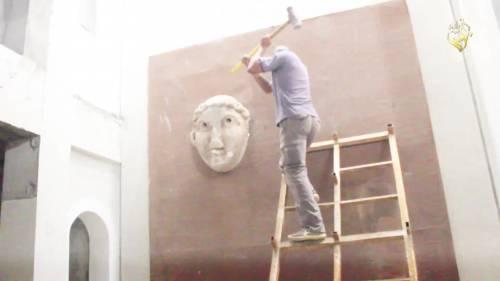 Gli uomini dell'Isis si accaniscono sulle opere d'arte 9