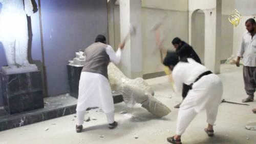 Gli uomini dell'Isis si accaniscono sulle opere d'arte 6