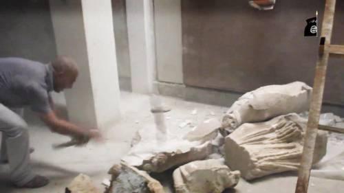 Gli uomini dell'Isis si accaniscono sulle opere d'arte 10