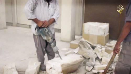 Gli uomini dell'Isis si accaniscono sulle opere d'arte 11