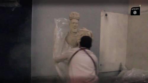 Gli uomini dell'Isis si accaniscono sulle opere d'arte 2