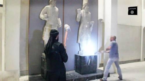 Gli uomini dell'Isis si accaniscono sulle opere d'arte 5