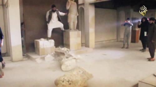 Gli uomini dell'Isis si accaniscono sulle opere d'arte 3