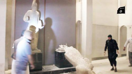 Gli uomini dell'Isis si accaniscono sulle opere d'arte 4