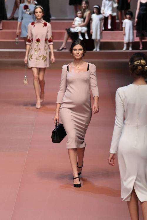Bianca Balti sfila al sesto mese di gravidanza 7