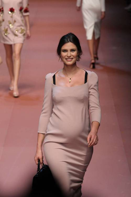 Bianca Balti sfila al sesto mese di gravidanza 6