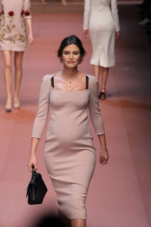 Bianca Balti sfila al sesto mese di gravidanza 9