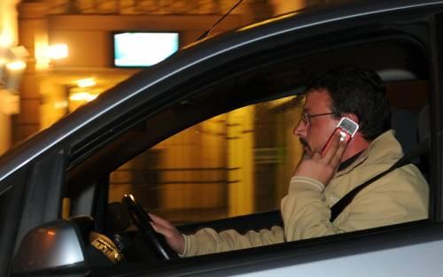 Gb, tolleranza zero per il telefono al volante: si rischia la galera