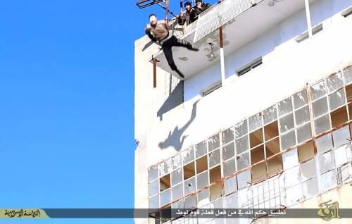 L'Isis uccide i gay buttandoli giù dai palazzi 7