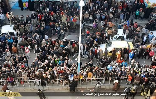 L'Isis uccide i gay buttandoli giù dai palazzi 2