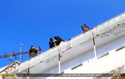 L'Isis uccide i gay buttandoli giù dai palazzi 5