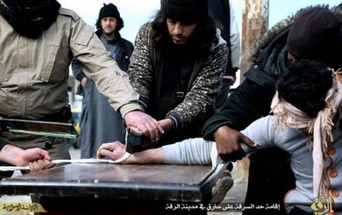 Isis, i jihadisti amputano la mano a un ladro 3