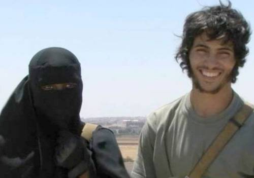 """Così l'Isis """"seduce"""" le giovani occidentali"""