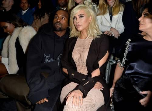 Kim Kardashian bionda e con i seni in vista 2