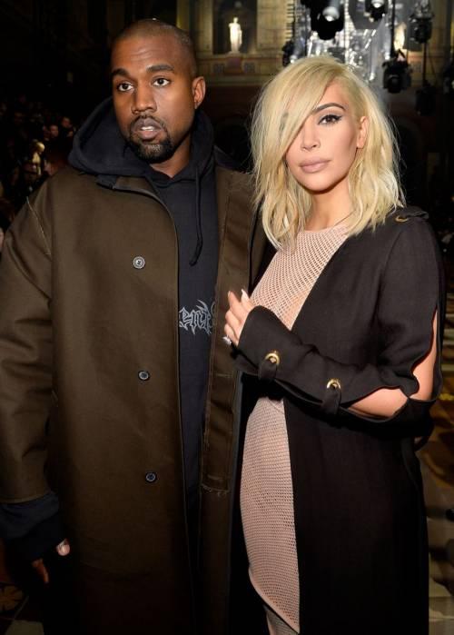 Kim Kardashian bionda e con i seni in vista 4