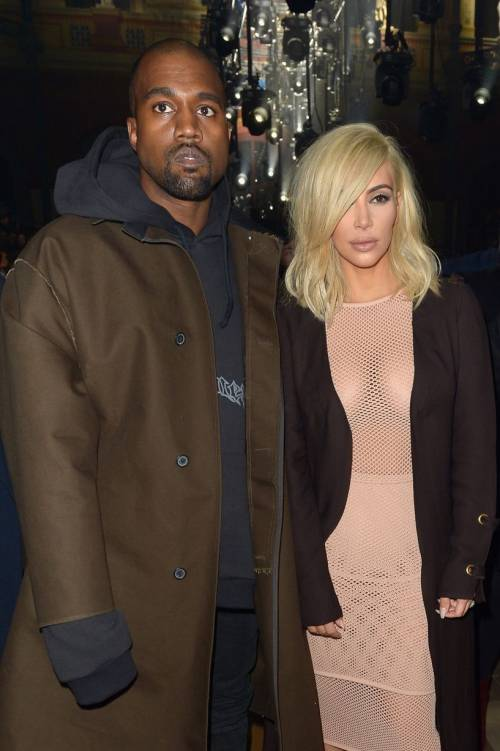 Kim Kardashian bionda e con i seni in vista 5