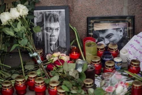 Fiori e candele circondano un ritratto dell'oppositore politico Nemtsov
