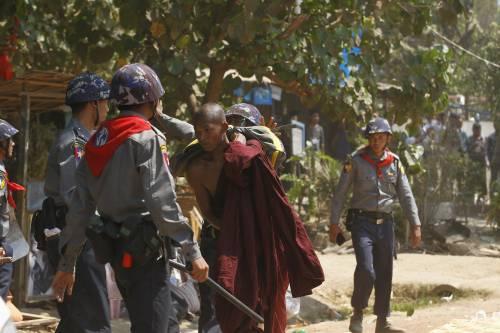 Birmania, scontri studenti-polizia 3