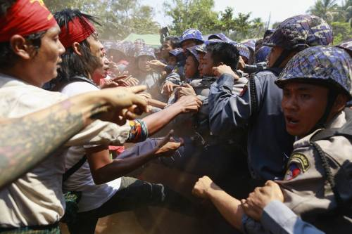 Birmania, scontri studenti-polizia 4