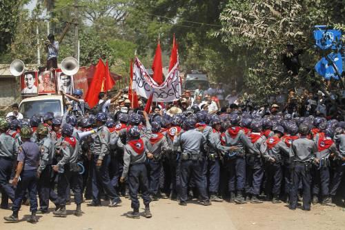Birmania, scontri studenti-polizia 5