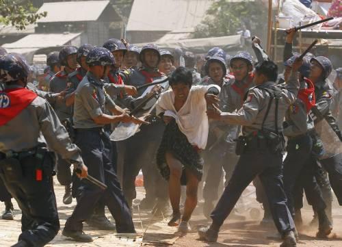 Birmania, scontri studenti-polizia 6