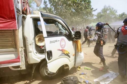 Birmania, scontri studenti-polizia 11