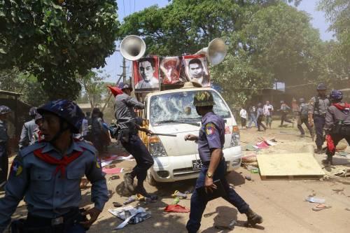 Birmania, scontri studenti-polizia 10