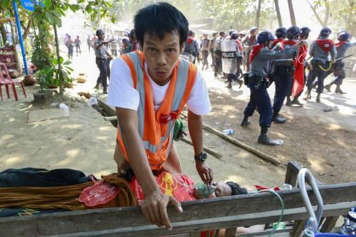 Birmania, scontri studenti-polizia 12