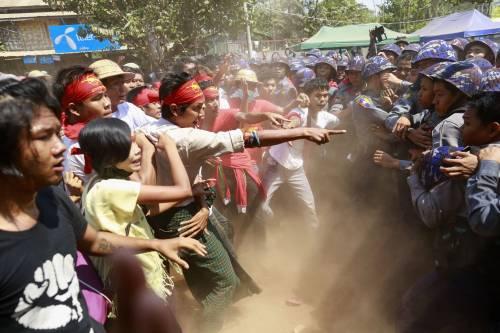 Birmania, scontri studenti-polizia 2