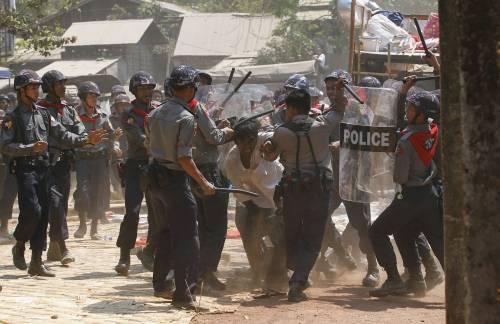 Birmania, scontri studenti-polizia 15