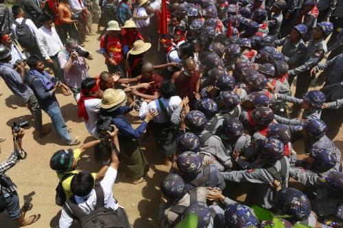 Birmania, scontri studenti-polizia 14