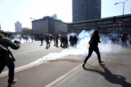 Milano, scontri tra i manifestanti e le forze dell'ordine 2