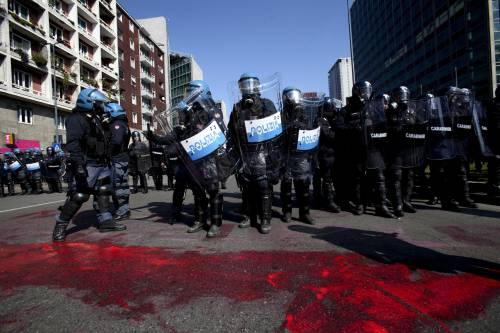 Milano, scontri tra i manifestanti e le forze dell'ordine 10
