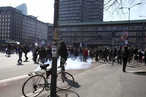 Milano, scontri tra i manifestanti e le forze dell'ordine 11