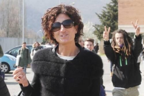 Agnese Renzi paparazzata a scuola e gli alunni fanno gesti alle sue spalle 6