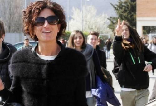 Agnese Renzi paparazzata a scuola e gli alunni fanno gesti alle sue spalle 5