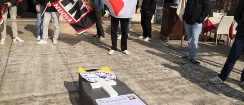 La macabra cerimonia di Forza Nuova: funerale per Tosi