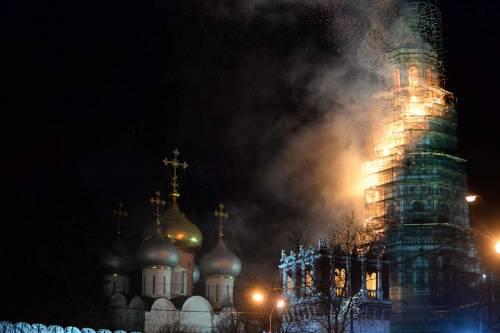 Mosca, in fiamme il campanile del monastero di Novodevichy